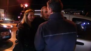 Ehefrau beschützt Giannis Varoufakis vor Angreifern