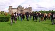 Demonstranten stürmen Reichstagswiese