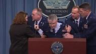 Air-Force-General sackt in sich zusammen