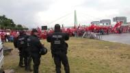Tausende Polizisten sichern Demonstrationen in Köln