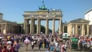 Rechtsextreme erklimmen Brandenburger Tor