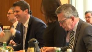 Innenminister de Maiziere fordert von Ditib mehr Transparenz