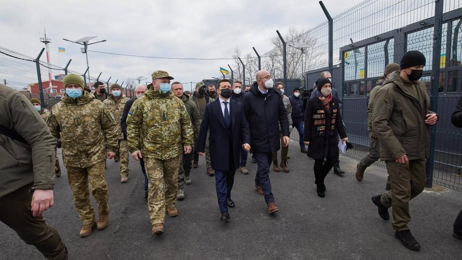 EU-Ratspräsident Charles Michel und der ukrainische Präsident Wolodymyr Selenskyj am 2. März an einem Kontrollpunkt im Kriegsgebiet in der Ostukraine