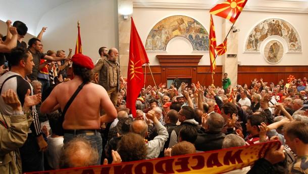 Demonstranten stürmen Parlament, mehrere Verletzte