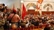Anhänger des langjährigen Regierungschef Gruevski nach der Besetzung des Parlaments am Donnerstag.