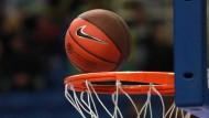 Tanz auf dem Ring: Nur, auf welcher Seite fliegt der Ball herunter?