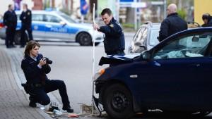 Bankräuber fährt mit Fluchtauto gegen Hauswand und stirbt
