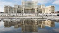Liberale gibt es hier nur dem Namen nach, sagen die europäischen Parteifreunde. Das rumänische Parlament in Bukarest