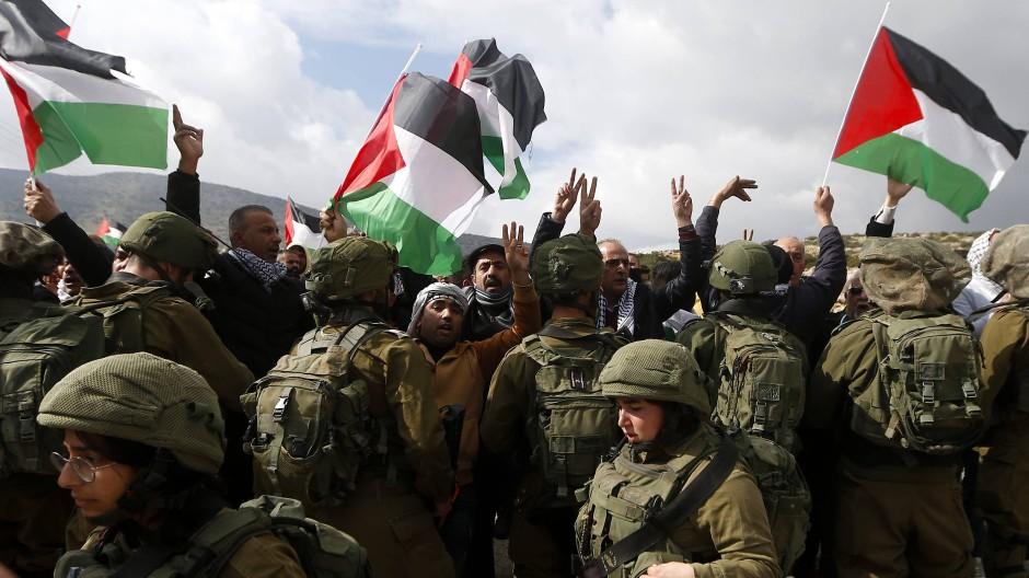 Aug' in Aug' mit israelischen Soldaten: Palästinenser demonstrieren am Grenzübergang Tayaseer gegen Trumps Friedensplan