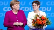Angela Merkel neben Annegret Kramp-Karrenbauer