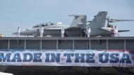 Neue Flugzeuge braucht das Schiff. Soldaten stehen am auf dem Deck der USS Gerald Ford, dem modernsten Flugzeugträgers der Welt.