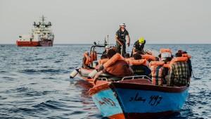"""""""Ocean Viking"""" rettet Hunderte Migranten"""
