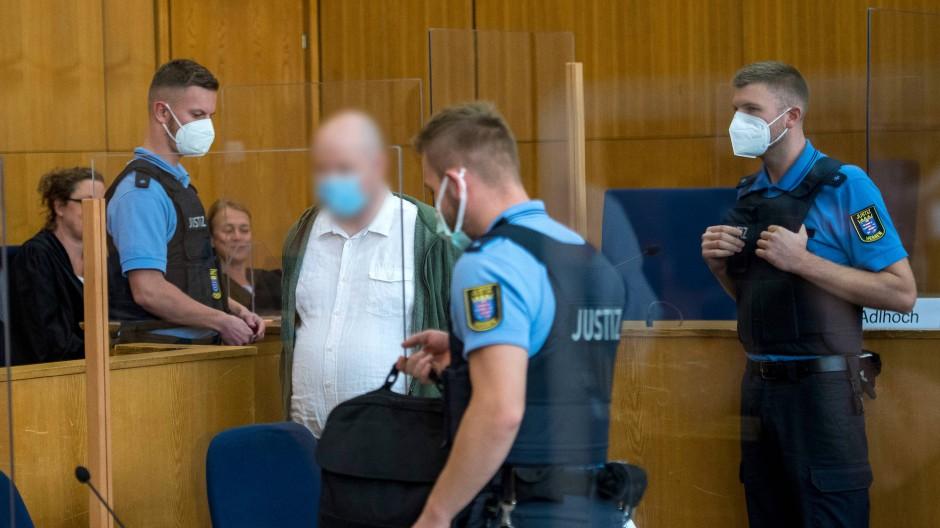 Der wegen Beihilfe zum Mord an Walter Lübcke angeklagte Markus H. betritt den Gerichtssaal in Frankfurt.