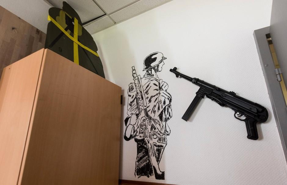 Im Aufenthaltsraum des Jägerbataillons 291 in Illkirch hängt eine Maschinenpistole vom Typ MP 40, die bei der Wehrmacht eingesetzt wurde. Daneben ist ein deutscher Soldat im Zweiten Weltkrieg zu sehen. In der Kaserne war der terrorverdächtige Oberleutnant Franco A. stationiert.