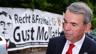 Vor dem Wiederaufnahmeverfahren: Gustl Mollath auf dem Weg in das Landgericht Regensburg