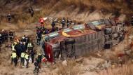 Bus stürzt Böschung hinab – mindestens 14 Tote