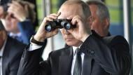 Er ordnet Manöver mitunter persönlich an: Präsident Wladimir Putin, aufgenommen am 18. Juli 2017 auf der russischen Luftfahrtmesse MAKS