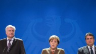 Eines von vielen Krisentreffen der Koalition: Die CDU-Vorsitzende und Bundeskanzlerin Angela Merkel, der CSU-Vorsitzende und bayerische Ministerpräsident Horst Seehofer (l) und der SPD-Vorsitzende und Bundeswirtschaftsminister Sigmar Gabriel (r) am 5. November 2015