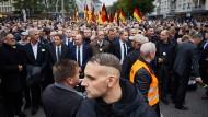 Schreiten Seit' an Seit': Der Thüringer Fraktionsvorsitzende Björn Höcke mit Parteifreunden und Mitgliedern der fremdenfeindlichen Pegida-Organisation