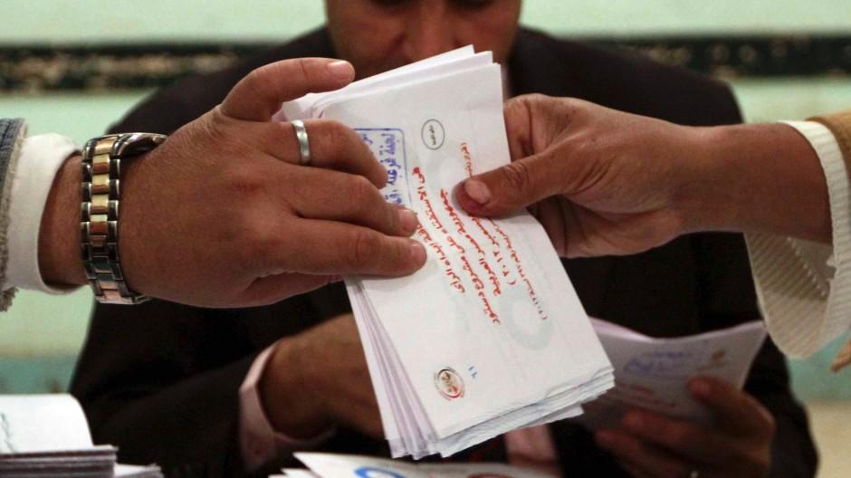 Stimmauszählung: 5,8 Millionen Ägypter votierten am Samstag für den Verfassungsentwurf.