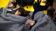"""Schlafende Kinder an Bord der """"Aegis 1"""". Sie waren am 26. Januar mit Floßen auf der kleinen Insel Panagina gelandet und dann von einem Frontex-Boot auf das griechische Rettungsschiff gebracht worden."""