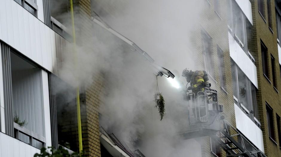 Eine Reporterin berichtete vor Ort, dass auch mehr als drei Stunden nach der Explosion kräftiger Rauch aus dem Haus komme.