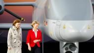 Deutschlands Verteidigungsministerin Ursula von der Leyen (CDU) zusammen mit ihrer französischen Amtskollegin Florence Parly am 26. April auf der ILA