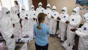 Hilfe zur Selbsthilfe: Eine Mitarbeiterin der WHO bringt medizinischem Personal in Sierra Leone den Umgang mit Schutzanzügen bei