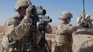 Vor dem Abzug oder nicht? Amerikanische Soldaten überwachen ein Gelände in der Nähe von Manbidsch, im Norden Syriens