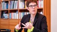 """""""Ich will mich nicht künstlich distanzieren"""": Annegret Kramp-Karrenbauer"""