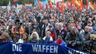 Demonstranten in Berlin bei einer Kundgebung für Frieden und gegen Nato-Einsätze am 8. Oktober 2016