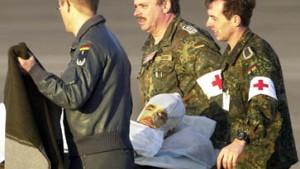 Scharping empfängt verletzte Soldaten