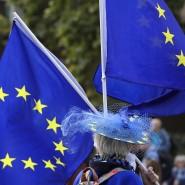 Ein Anti-Brexit-Demonstrant schwenkt EU-Flaggen während eines Protests in der Nähe des britischen Parlaments.