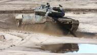 Ein Kampfpanzer vom Typ Leopard 2 in voller Fahrt auf dem Truppenübungsplatz Munster (undatierte Aufnahme)