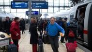 Alltag an deutschen Bahnhöfen: Hektik an den ICEs.