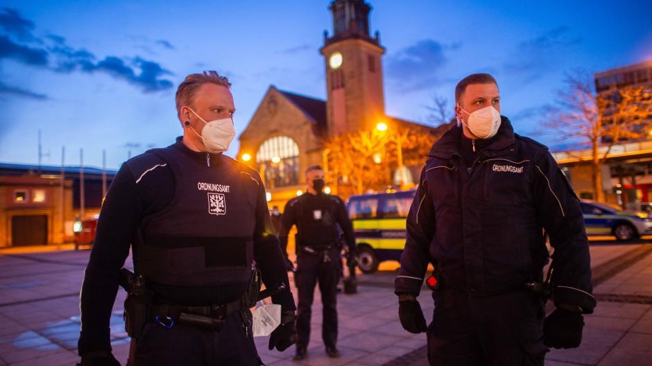 Mitarbeiter des Ordnungsamts Hagen kontrollieren die Straßen. In der Stadt gilt seit dem 12. April eine Ausgangssperre zwischen 21 und 5 Uhr.
