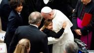 Mitgefühl und Trost: Papst Franziskus umarmt ein Kind, das Angehörige bei dem Anschlag von Nizza verloren hat.