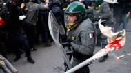 Am Rande einer Demonstration in Rom kam es zu Krawallen. Auch in Portugal protestierten Zehntausende gegen die Sparpolitik ihrer Regierung.