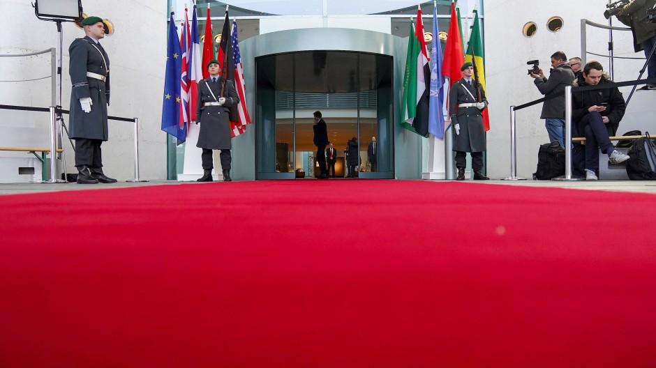 Warten auf die Gäste: Wachposten der Bundeswehr sind vor dem Bundeskanzleramt anlässlich der Libyen-Konferenz aufgezogen.