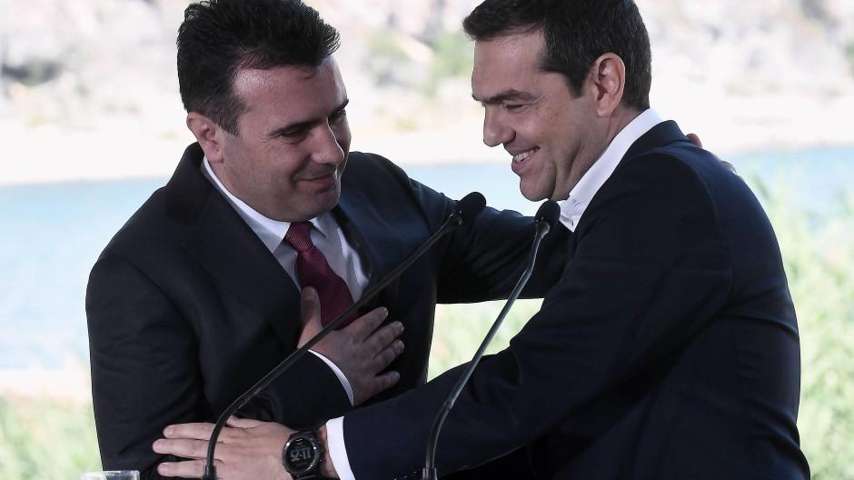 Am Prespa-See treffen sichGriechenlands Premierminister Alexis Tsipras (rechts) und sein mazedonischer Amtskollege Zoran Zaev zusammen mit ihren Außenministern.