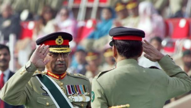 Musharraf als Armeechef zurückgetreten