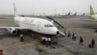 Flugzeug mit 54 Menschen an Bord offenbar an Berg zerschellt
