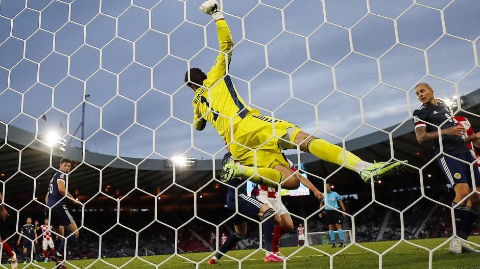 Dienstagabend im Hampden Park Stadion: Schottlands Torhüter David Marshall kassiert den dritten Treffer von Kroatien.