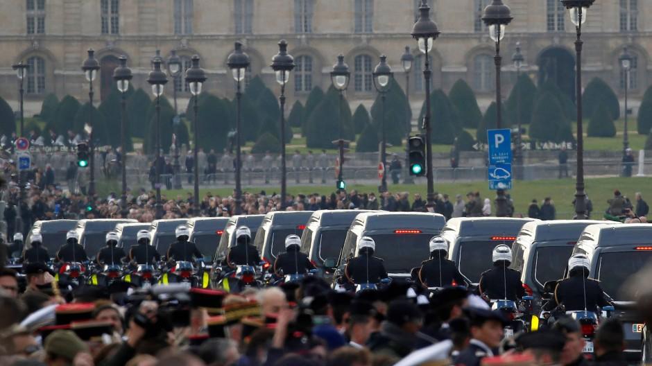 Letzter Tribut: Die französischen Gefallenen aus Mali werden in einem Trauerzug durch Paris gefahren