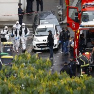 """Einsatzkräfte in Paris nach dem Messerangriff am Freitag in der Nähe der früheren Büros der Satirezeitschrift """"Charlie Hebdo""""."""