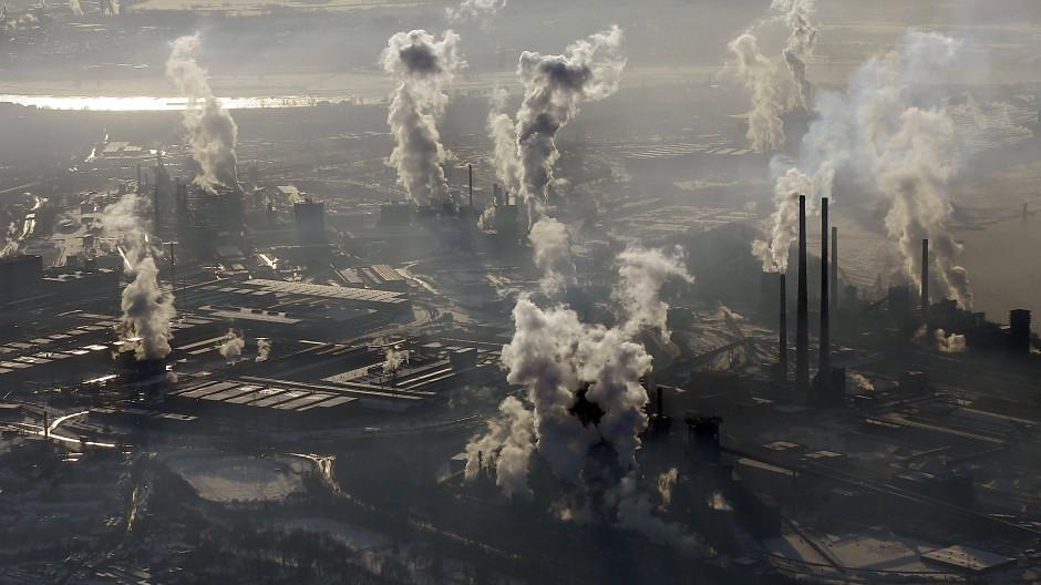 Abhängig von Energie: Rauchende Schornsteine der ThyssenKrupp Stahlwerke in Duisburg (Archivbild)
