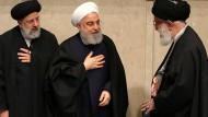 Trauerfeier für General Soleimani: Der Oberste Führer Chamenei empfängt Präsident Hassan Rohani und weitere Vertreter der Führung (von rechts)