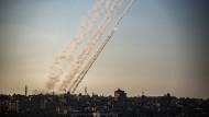 Raketen werden am Freitag im südlichen Gazastreifen in Richtung Israel abgefeuert.