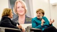 Schön war manchmal doch die Zeit mit manchen von der FDP: Angela Merkel bei der Vorstellung des Buches der früheren Justizministerin Sabine Leutheusser-Schnarrenberger.