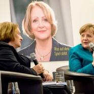 Schön war manchmal doch die Zeit mit manchen von der FDP: Angela Merkel bei der Vorstellung des Buches der früheren Justizministerin Sabine Leutheuser-Schnarrenberger.